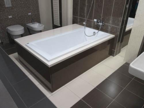 Moderní asymetrická koupelnová vana