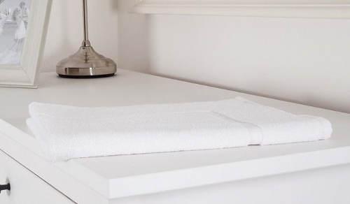 Sněhově bílá koupelnová předložka