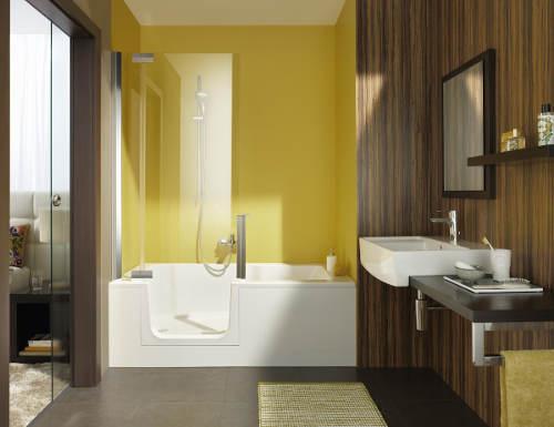 Sprcha i vana v malé koupelně