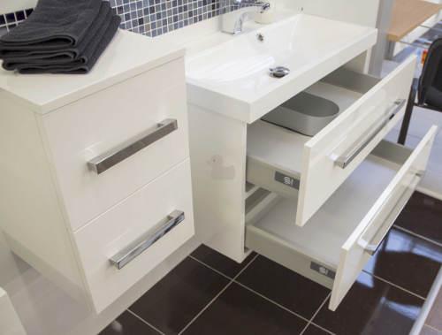 Bílá koupelnová skříňka pod koupelnové umyvadlo