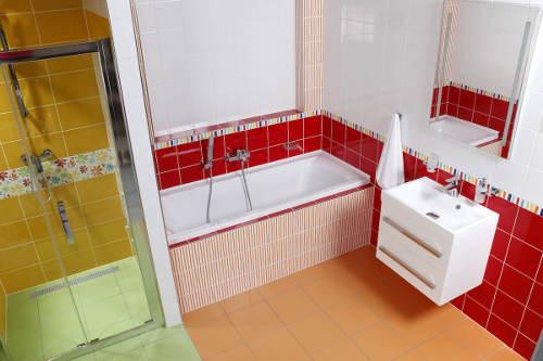 Červená koupelna bílé skříňky