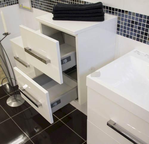 Závěsná koupelnová skříňka plnovýsuv s dotahem