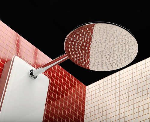Hlavová sprcha s velkou vzdáleností od panelu