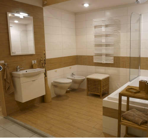 Hnědo bílá koupelna s velkým zrcadlem