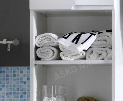 Otevřené police koupelnové skříňky pro uložení ručníků a osušek