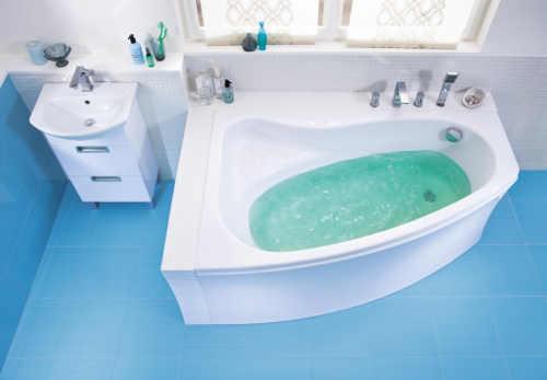 Asymetrická vana s vlisovaným sedátkem nad hladinou vody