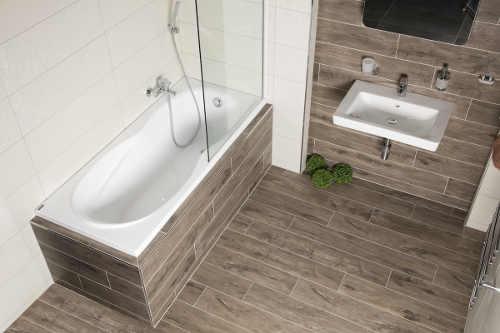 Menší paneláková koupelna s vanovou zástěnou