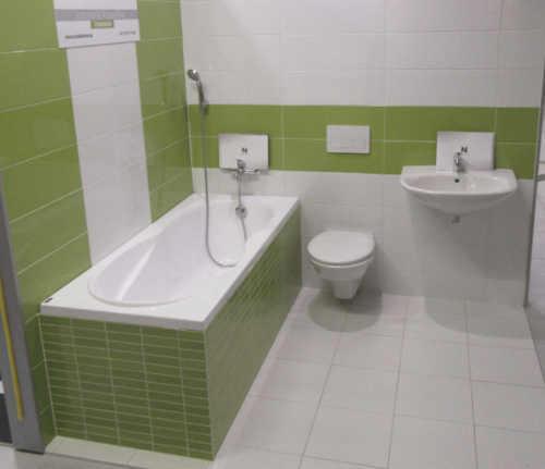 Zeleno-bílá koupelna s vanou