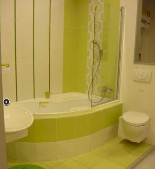 Limetková koupelna s rohovou vanou se zástěnou