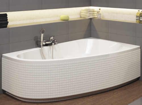 bílá vana do koupelny v asymetrickém provedení