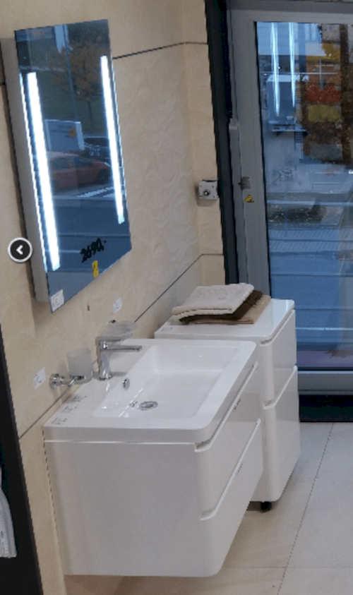 Koupelnového obdélníkové zrcadlo se zabudovaným LED osvětlením
