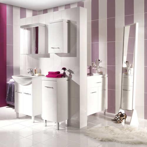Něžná bílo-fialová koupelna